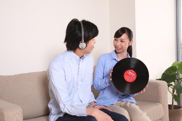 ヘッドフォンをした男性とレコードを持った女性